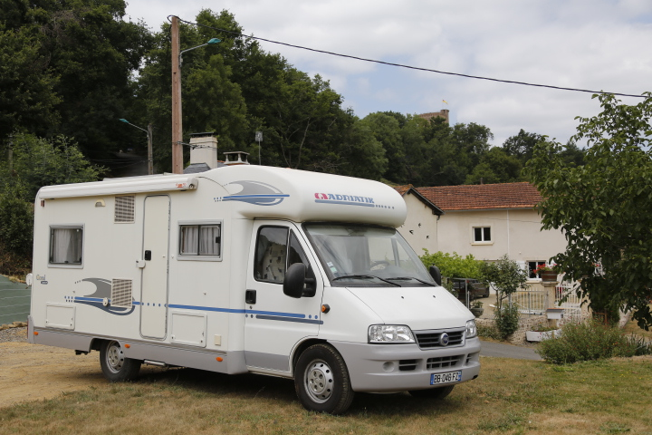 Aire camping-car à Montaner (64460) - Photo 1